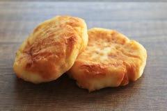Pasteles de queso en un fondo de madera, desayuno de pasteles de queso con las fresas foto de archivo libre de regalías
