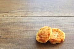 Pasteles de queso en un fondo de madera, desayuno de pasteles de queso con las fresas imagen de archivo