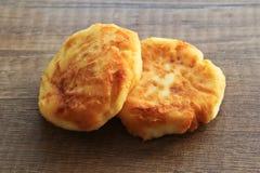 Pasteles de queso en un fondo de madera, desayuno de pasteles de queso con las fresas imagen de archivo libre de regalías