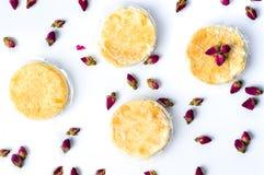 Pasteles de Rose con las flores naturales en el fondo blanco Fotos de archivo libres de regalías