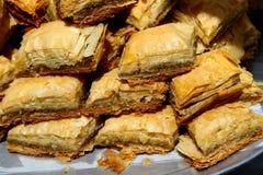 Pasteles del Baklava en una bandeja fotos de archivo