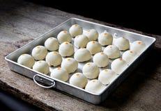 Pasteles del chino del postre La pasta para los pasteles que hacen en tra de la hornada Foto de archivo
