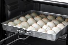 Pasteles del chino del postre La pasta para los pasteles que hacen en tra de la hornada Foto de archivo libre de regalías