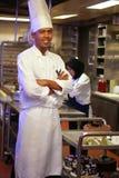 pasteles del cocinero en el trabajo Fotos de archivo libres de regalías