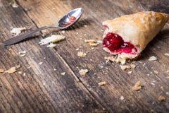 pasteles del desayuno con el atasco y la cuchara fotografía de archivo