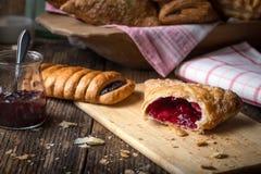 pasteles del desayuno con el atasco y la leche imágenes de archivo libres de regalías