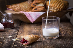 pasteles del desayuno con el atasco y la leche fotos de archivo libres de regalías