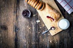 pasteles del desayuno con el atasco y la leche imagen de archivo libre de regalías