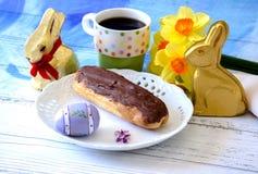Pasteles del eclair de chocolate con los conejitos del café y del chocolate Fotografía de archivo libre de regalías