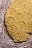 Pasteles del pan de jengibre con los sellos de la Navidad en un cierre de madera de la tabla para arriba Árbol de navidad y snowf Fotografía de archivo libre de regalías