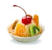Pasteles deliciosos con las frutas caramelizadas y la crema aisladas imágenes de archivo libres de regalías