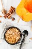 Pasteles dietéticos del otoño, pastel de calabaza de la migaja del desayuno, arce s fotos de archivo libres de regalías