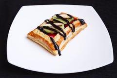 Pasteles dulces con la fruta fresca Imágenes de archivo libres de regalías