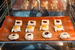 Pasteles dulces franceses en un horno profesional ilustración del vector