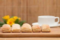 Pasteles dulces y una taza de café Fotos de archivo libres de regalías