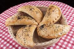 Pasteles en cesta Foto de archivo