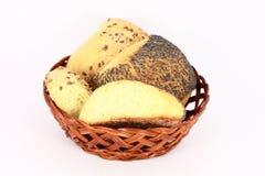 Pasteles en una pequeña cesta Imagen de archivo