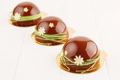 Pasteles franceses con el esmalte del chocolate Imagen de archivo libre de regalías