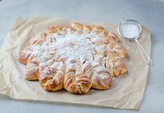 Pasteles frescos Asperjado con el azúcar en polvo E fotos de archivo libres de regalías
