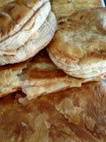 Pasteles griegos deliciosos del desayuno con natillas o queso de la sémola fotos de archivo libres de regalías