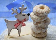 Pasteles hechos en casa con las especias en esmalte del azúcar y los ciervos hechos a mano Primer Navidad Año Nuevo Imagen de archivo