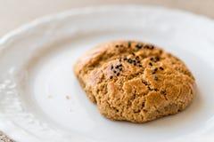 Pasteles hechos en casa de Pogaca del turco con las semillas de comino Imagen de archivo