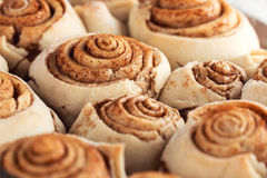 Pasteles hechos en casa dulces frescos de los rollos de canela Fotos de archivo libres de regalías