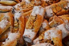 Pasteles italianos tradicionales - pan de la manzana - en venta en paradas de la Navidad de Milán imagen de archivo