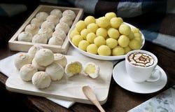 Pasteles o mooncake chinos del postre en de madera y el libro con café Fotos de archivo
