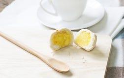 Pasteles o mooncake chinos del postre por Año Nuevo chino con el cof Imagen de archivo