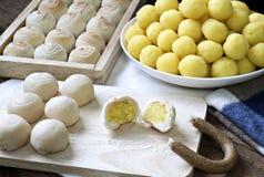 Pasteles o mooncake chinos por Año Nuevo chino en vela de madera y fragante Fotografía de archivo