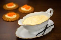 Pasteles poner crema en más descarado Fotos de archivo