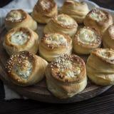Pasteles recientemente cocidos al horno deliciosos llenados de queso Fotografía de archivo libre de regalías