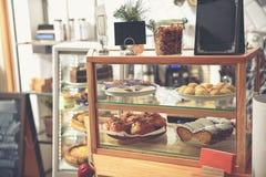 Pasteles sabrosos de alimentación en café cómodo imágenes de archivo libres de regalías