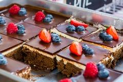 Pasteles sabrosos del chocolate con las bayas frescas Imagen de archivo libre de regalías