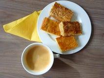 Pasteles sabrosos dulces servidos en una placa foto de archivo libre de regalías