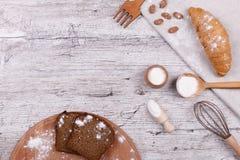 Pasteles sabrosos en la tabla de cocina imagen de archivo