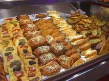 Pasteles salados en un marcet local, España imagen de archivo
