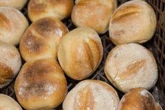 pasteles y pan de la hornada en un horno en una panadería imágenes de archivo libres de regalías