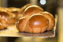 pasteles y pan de la hornada en un horno en una panadería imagenes de archivo
