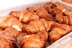 Pasteles y pan en una panadería Pasteles dulces, cruasanes Imagen de archivo