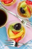 Pasteles y té de la fruta Imágenes de archivo libres de regalías