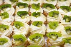 Pastelitos con el kiwi Fotografía de archivo