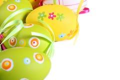 Pastelkleur en gekleurde Paaseieren Stock Foto