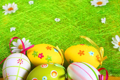 Pastelkleur en gekleurde Paaseieren Royalty-vrije Stock Afbeeldingen