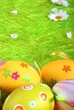 Pastelkleur en gekleurde Paaseieren Stock Fotografie