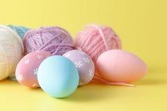 Pastelkleur en gekleurde Paaseieren Stock Foto's