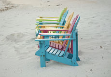 Pastelkleur Gekleurde Adirondak-Stoelen op Strand in Aruba Stock Afbeeldingen
