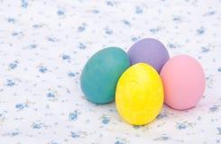 Pastelkleur gekleurde hand geschilderde Paaseieren Stock Afbeelding