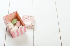 Pastelkleur gekleurde paaseieren in een giftdoos over witte houten achtergrond Royalty-vrije Stock Afbeelding